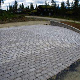 Bilparkering anpassad för högt marktryck samt stödmur på Björnrike i Vemdalen