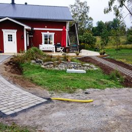 Rullstolsramper i form av marksten och gräsarmering i Härnösand