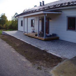 Marksten och mur framför hus i Vemdalen