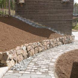 Sprängstensmurar och gångar vid tomtbyggnation