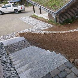 Trapp av granitblock vid tomtbyggnation på Björnrike